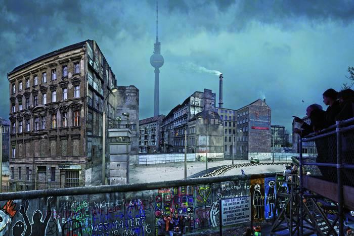 """Panorama """"Die Mauer"""" von Yadegar Asisi am Checkpoint Charlie in Berlin"""